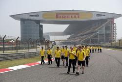 Jolyon Palmer, Renault Sport F1 Team y Kevin Magnussen, Renault Sport F1 Team caminan por el circuito