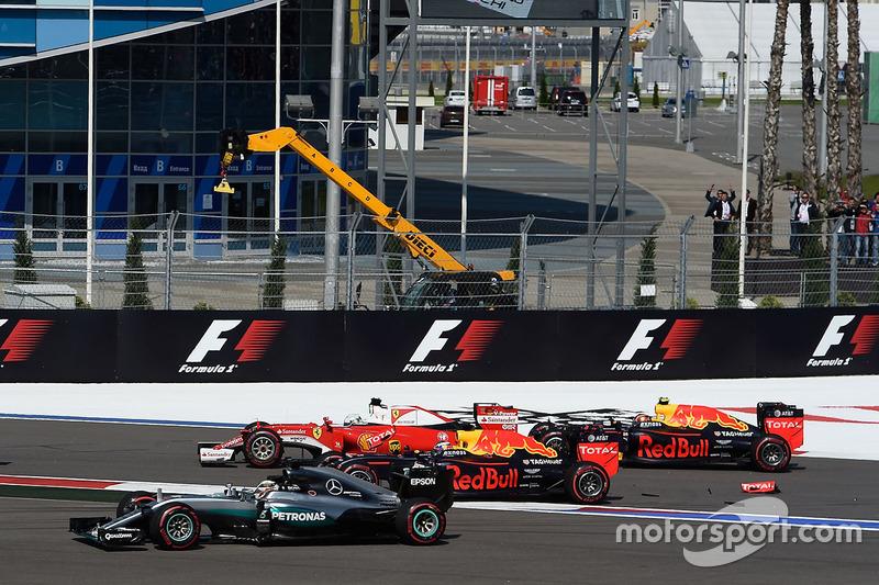 Choque de Sebastian Vettel, Ferrari SF16-H, Daniil Kvyat, Red Bull Racing RB12, Daniel Ricciardo, Red Bull Racing RB12 y Lewis Hamilton, Mercedes AMG F1 Team W07