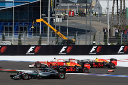 Start crash with Sebastian Vettel, Ferrari SF16-H, Daniil Kvyat, Red Bull Racing RB12, Daniel Ricciardo, Red Bull Racing RB12 and Lewis Hamilton, Mercedes AMG F1 Team W07