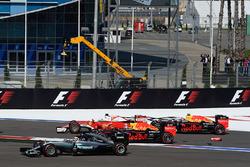 Стартова аварія: Себастьян Феттель, Ferrari SF16-H, Данііл Квят, Red Bull Racing RB12, Даніель Ріккардо, Red Bull Racing RB12 та Льюїс Хемілтон, Mercedes AMG F1 Team W07