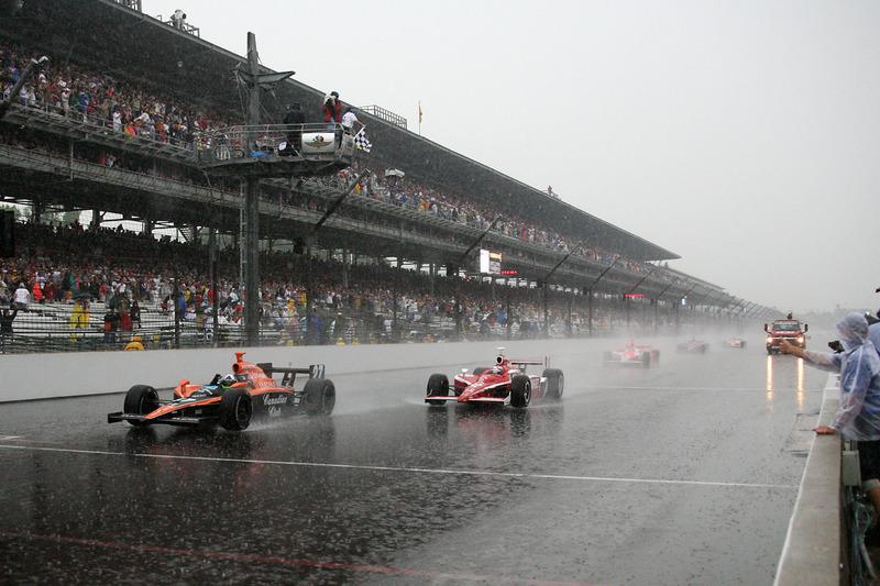 Dario Franchitti wint in de stromende regen
