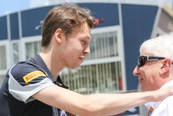Daniil Kvyat, Scuderia Toro Rosso con Herbie Blash, FIA Delegate