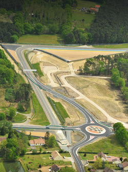 An aerial view of Indianapolis dan Virage d'Arnage bersama new roundabout