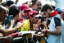 Ромен Грожан, Haas F1 Team раздает автографы