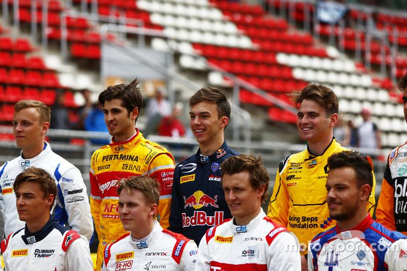 Antonio Giovinazzi, PREMA Racing; Pierre Gasly, PREMA Racing y Oliver Rowland, MP Motorsport  nella foto di classe della GP2 Series