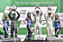 Podium: pemenang Pato O'Ward, Team Pelfrey, peringkat kedua Jake Parsons, Juncos Racing, peringkat ketiga Will Owen, Juncos Racing