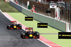 Даниэль Риккардо, Red Bull Racing едет впереди Макса Ферстаппена, Red Bull Racing