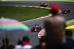 Daniel Ricciardo, Red Bull Racing leads Max Verstappen, Red Bull Racing and Sebastian Vettel, Scuderia Ferrari SF16-H