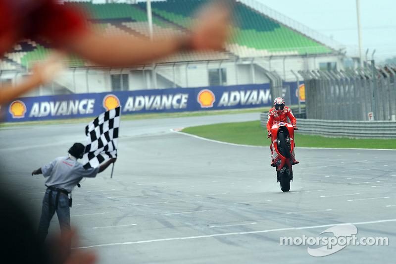 Casey Stoner, Ducati Marlboro Team toma la bandera a cuadros