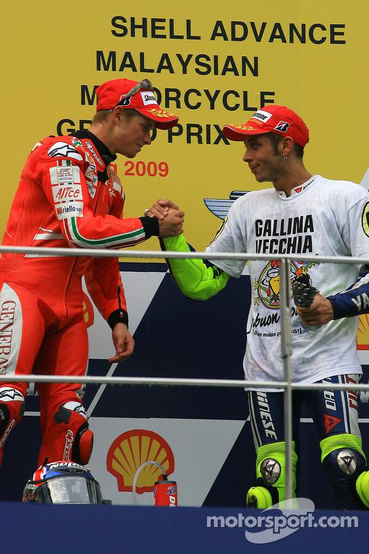 Подіум: переможець гонки Кейсі Стоунер, Ducati Marlboro Team, третє місце чемпіон MotoGP 2009 року Валентино Россі, Fiat Yamaha Team