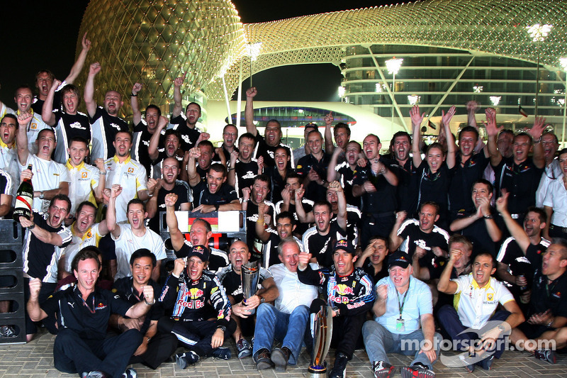 Celebración del equipo Red Bull Racing: Sebastian Vettel, Red Bull Racing celebra su victoria con Mark Webber, Red Bull Racing, Christian Horner, Red Bull Racing Sporting Director y el equipo