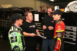 Ricky Carmichael, et James Buescher, Phoenix Racing Toyota, parle avec son équipe