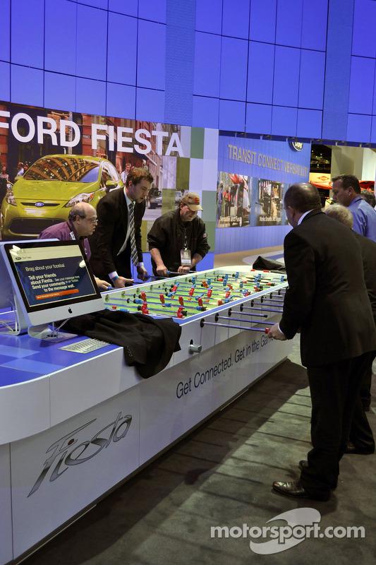 Leden van Ford en de media spelen tafelvoetbal aan de Ford stand, NAIAS 2010.
