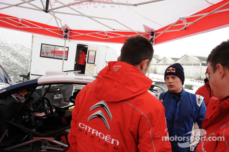 Kimi Räikkönen teste la Citroën C4 WRC à l'usine Citroën Satory à Versailles