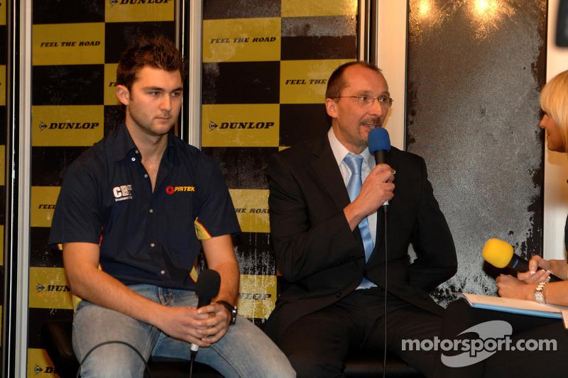 Andrew et Mike Jordan sur le stand Dunlop