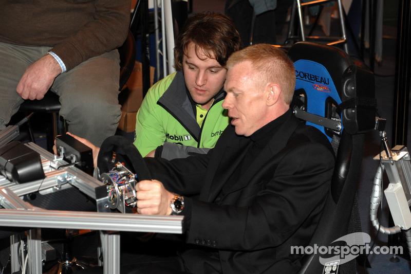 Harry Vaulhard montre à Alan Hyde, commentateur du BTCC, comment conduire une voiture du BTCC sur le simulateur