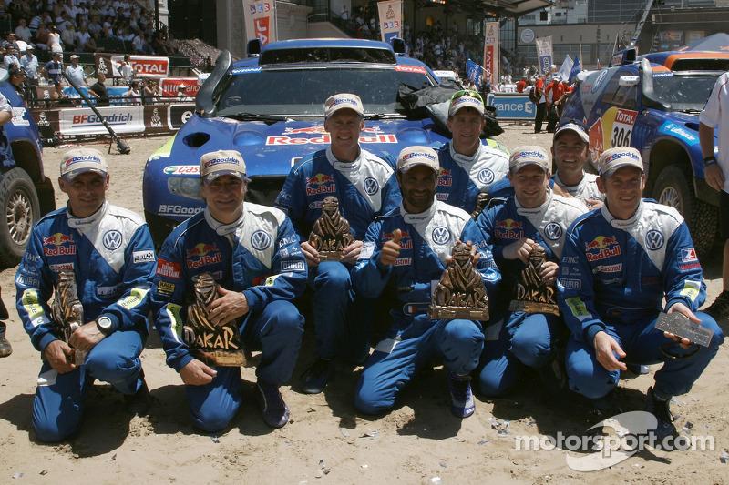 Podium catégorie AutosDakar 2010 : Carlos Sainz et Lucas Cruz, célèbrent leur victoire avec Al Atti