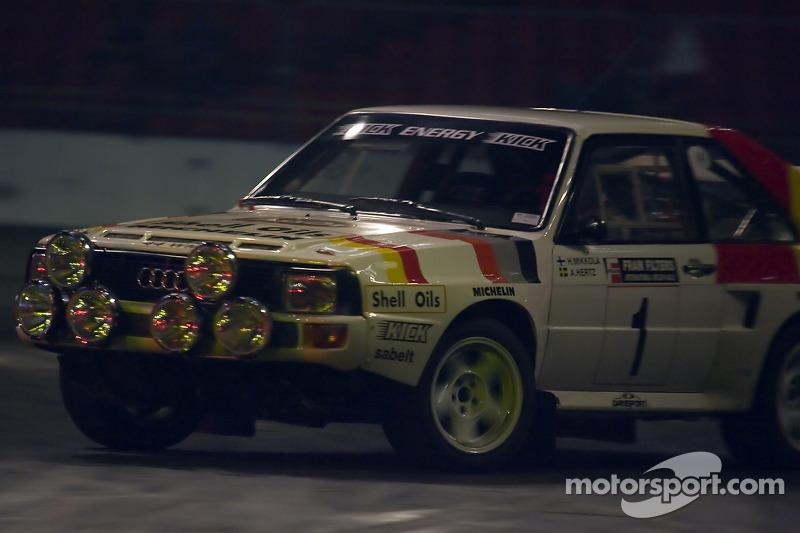H Mikkola fait la démonstration d'une voiture de rallye de groupe B