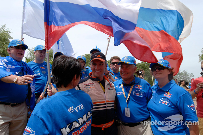 Leonid Novitskiy célèbre avec les membres de l'équipe Kamaz