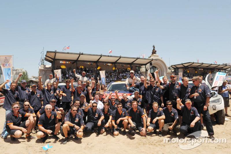 Auto's podium: vierde plaats Stéphane Peterhansel en Jean-Paul Cottret, vijfdep laats Guerlain Chicherit en Tina Thorner, vieren feest met X-raid teamleden