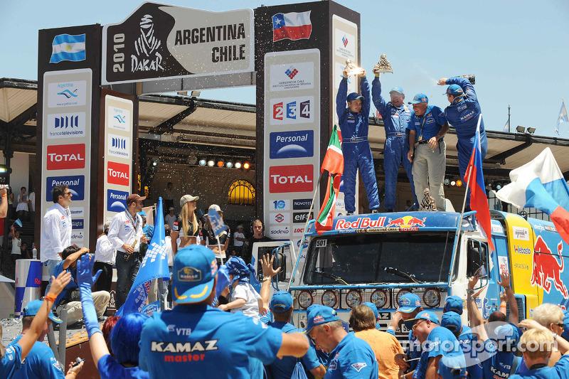 Podium catégories Camions Dakar 2010 : Vladimir Chagin, Semen Yakubov et Eduard Nikolaev célèbrent