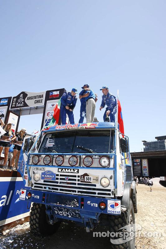 Podium catégories Camions Dakar 2010 : Vladimir Chagin, Semen Yakubov et Eduard Nikolaev  célèbrent leur victoire
