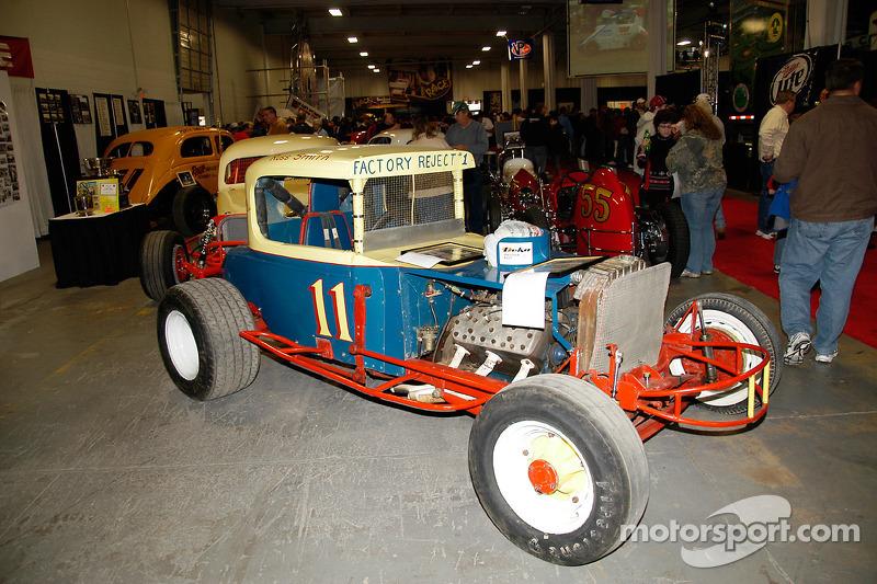 Bobby Gerhart et Charlie Bailey ont piloté cette voiture à Langhorne au début des années 1960, tout comme Bob Wertz #57.  Russ Smith en est maintenant le propriétaire