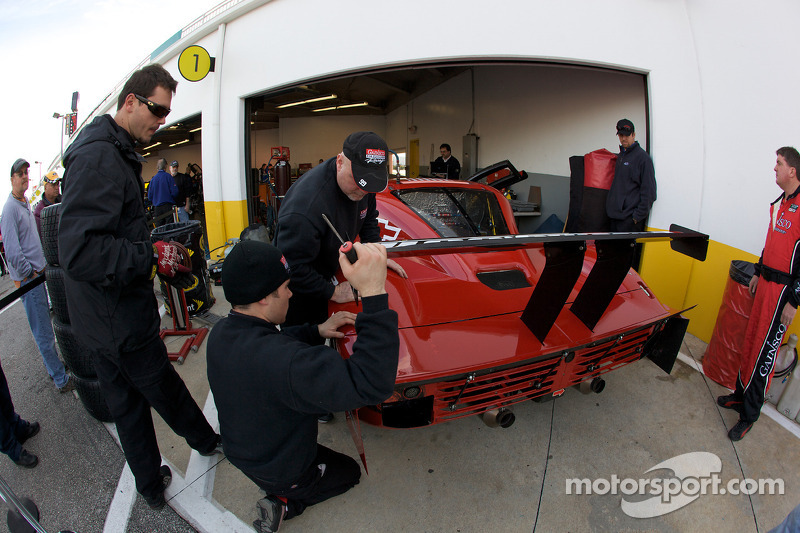 Les membres du GAINSCO/ Bob Stallings Racing mettent la touche finale à la reconstruction de la #99 Chevrolet Riley