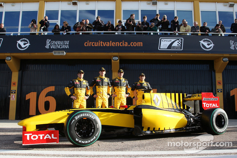 Jerome D'Ambrosio, Test Driver, Renault F1 Team, Robert Kubica, Renault F1 Team, Vitaly Petrov, Renault F1 Team, Ho-Pin Tung, Test Driver, Renault F1 Team avec la R30