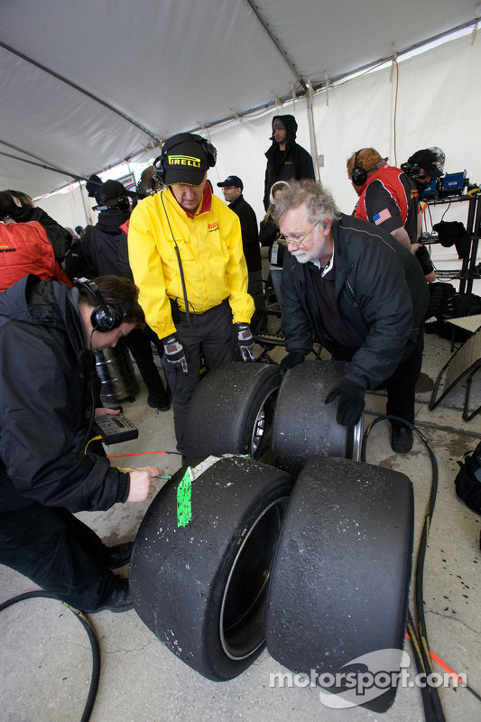 Des membres du Action Express Racing inspèctent les pneus