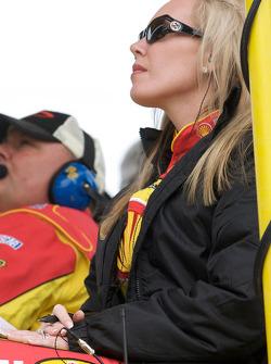 Delana Harvick kijkt de race terwijl haar man vecht voor de leiding in de wedstrijd