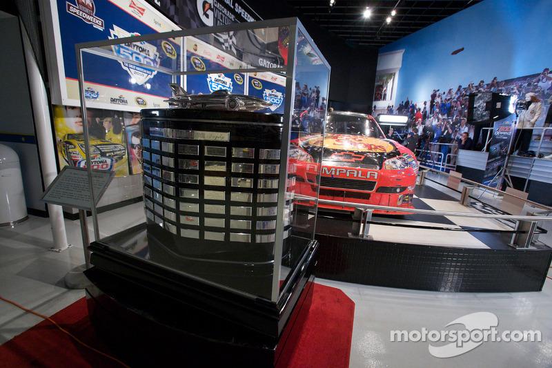 Ontbijten met de kampioen: de Daytona 500 beker en de 2010 Daytona 500 winnende Earnhardt Ganassi Racing Chevrolet vab Jamie McMurray in de Daytona 500 Experience gebouw waar deze de rest van het jaar zal staan