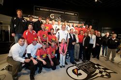 Ontbijten met de kampioen: 2010 Daytona 500 winnaar Jamie McMurray met teameigenaren Chip Ganassi en Felix Sabates, teammanager Kevin Manion en the Earnhardt Ganassi Racing Chevrolet team