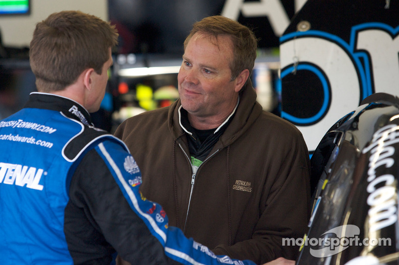 Carl Edwards, Roush Fenway Racing Ford en Mike Wallace, K-Automotive Motorsports Dodge