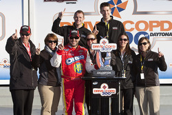 Victory lane: race winnaar Tony Stewart