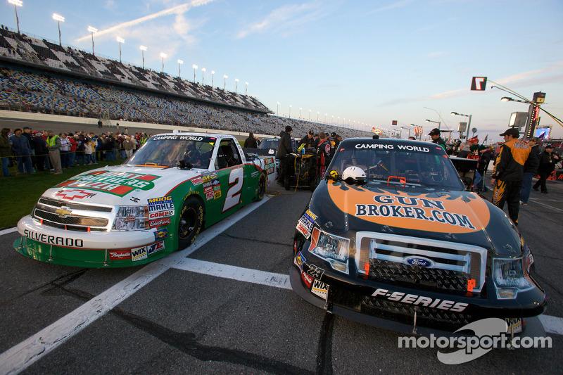 Trucks van Elliott Sadler en Jason White op de startgrid