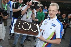 Mikko Hirvonen recibe un pastel por sus 100 WRC