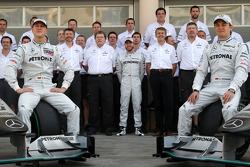 Photo d'équipe Mercedes GP Michael Schumacher, Nick Fry, Président, Mercedes GP, Norbert Haug, Merce
