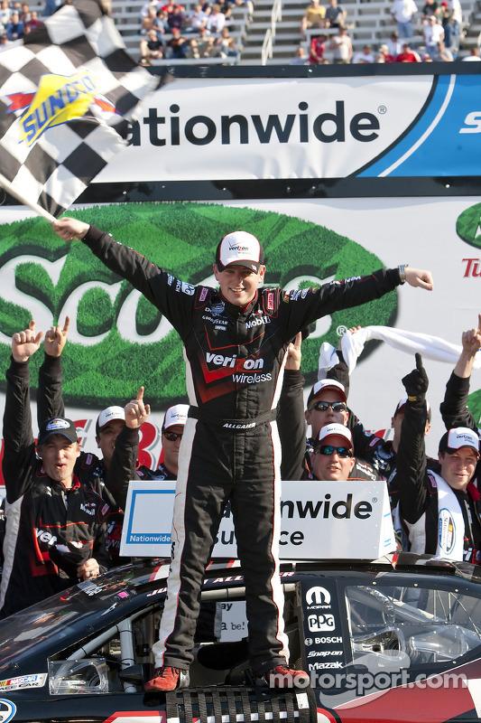 Victory lane: race winnaar Justin Allgaier