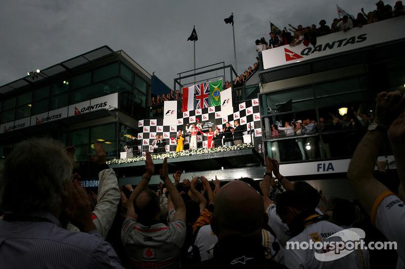 Podium: race winnaar Jenson Button, McLaren Mercedes, 2de Robert Kubica, Renault F1 Team, 3de Felipe