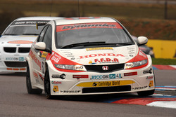 Gordon Shedden Hond Racing Honda Civic leads Andy Neate WSR BMW 320si