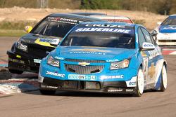 Jason Plato Silverline Chevrolet Cruze defends from Fabrizio Giovanardi Triple Eight Racing Vauxhall Vectra