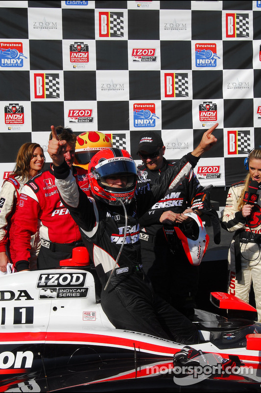 Race winnaar Helio Castroneves, Team Penske in victory lane