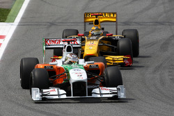 Adrian Sutil, Force India F1 Team leads Robert Kubica, Renault F1 Team