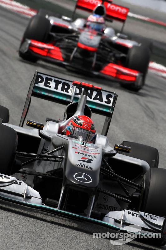 Michael Schumacher, Mercedes GP Petronas voor Jenson Button, McLaren Mercedes