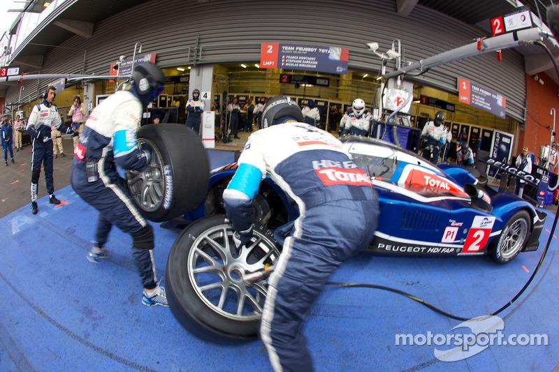 Pitstop #2 Team Peugeot Total Peugeot 908 HDi-FAP: Franck Montagny, Stéphane Sarrazin, Nicolas Minas