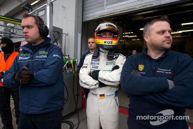 Timo Bernhard wacht voor stint