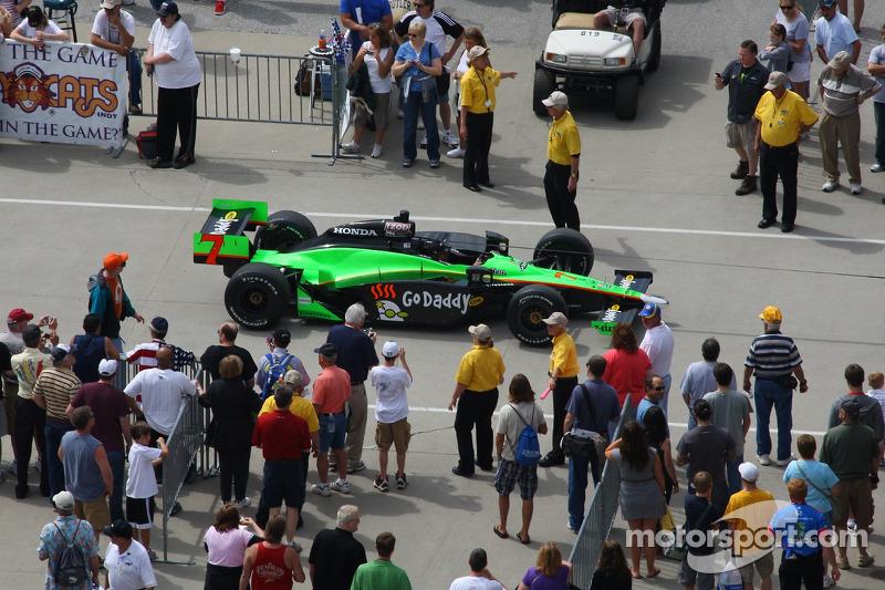 Danica Patrick's auto rolt in de pitstraat