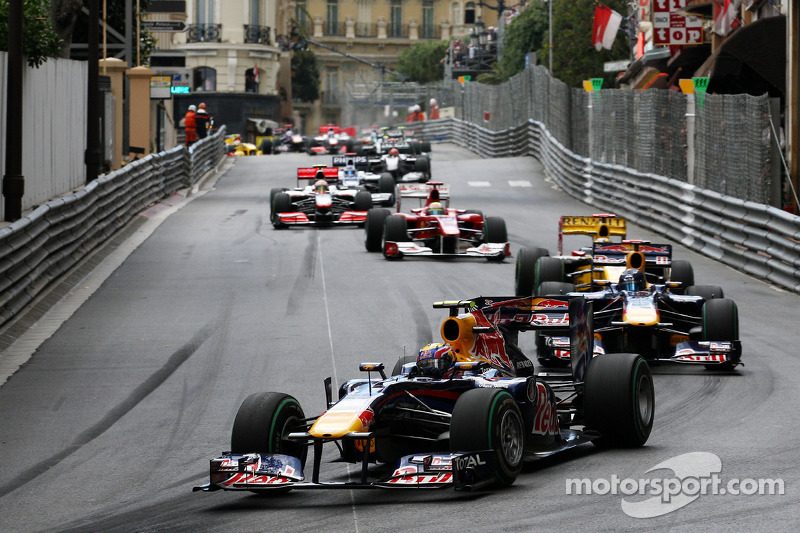 Mark Webber, Red Bull Racing leads at the start of the race