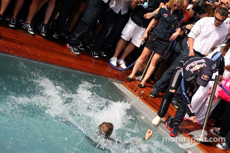 Second place Sebastian Vettel, Red Bull Racing tries to push Mark Webber, Red Bull Racing intot he p